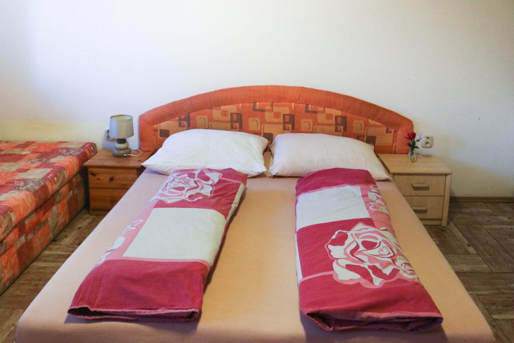 Postel v pokoji typu ubytovna v ubytování Hajírna Opava