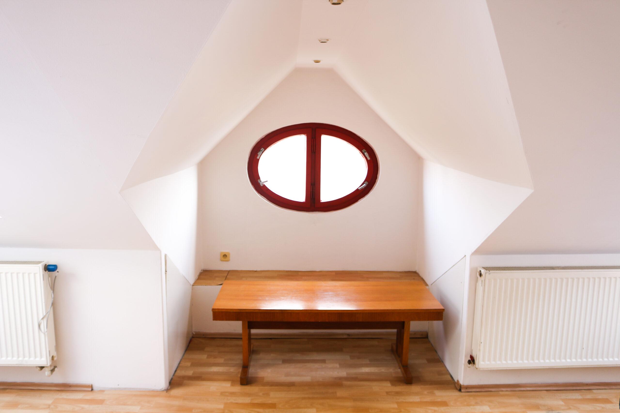 Okno v apartmánu 7 v ubytování Hajírna Opava
