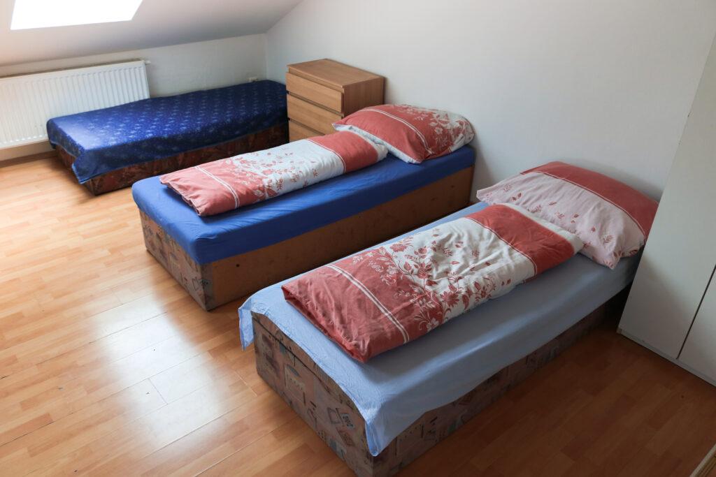 Tři postele půdního apartmá číslo 7 v Hajírně Opava.