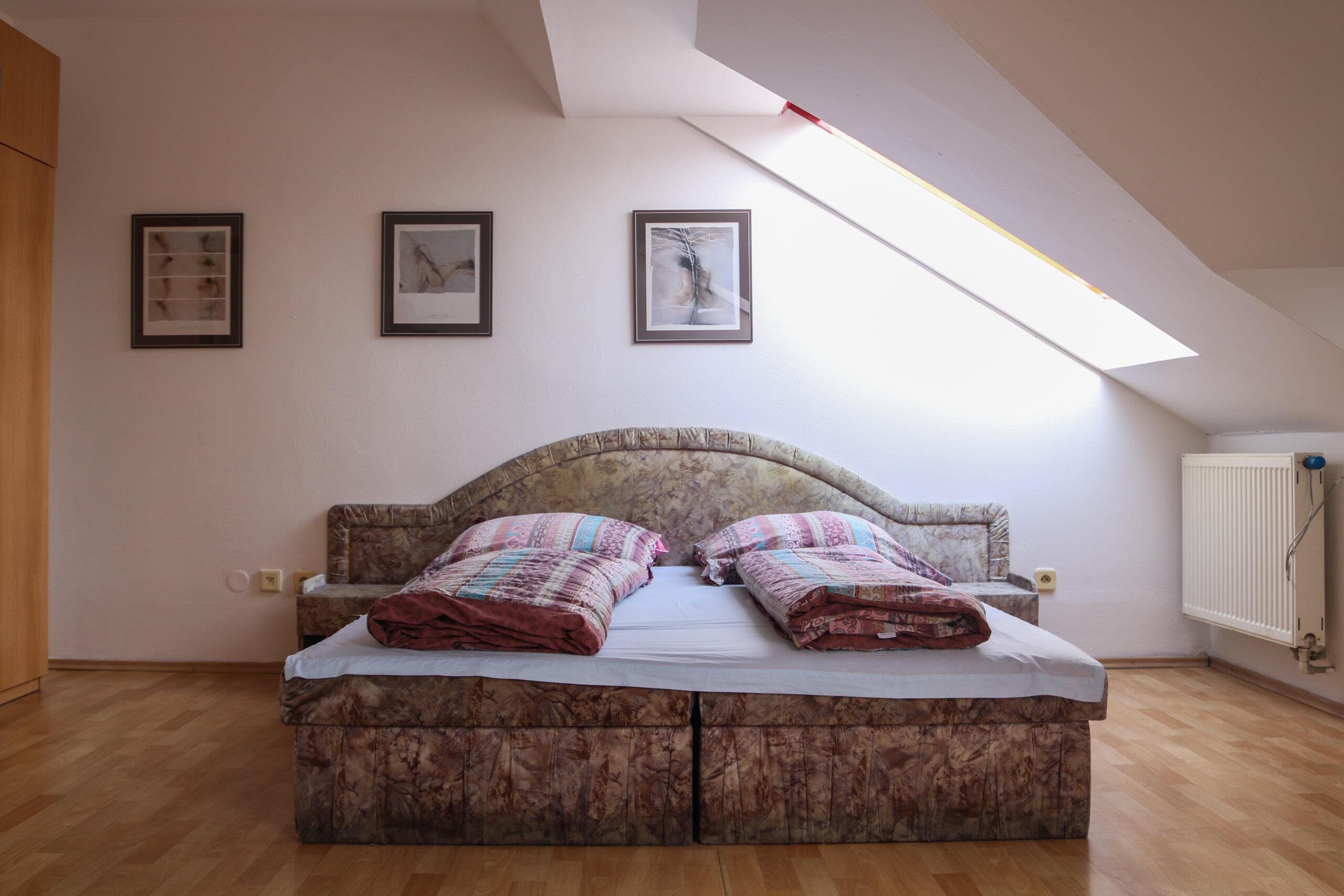 Manželská postel v apartmánu 7 v ubytování Hajírna Opava